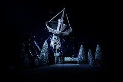 Silhouetten van satellietschotels of radioantennes tegen nachthemel Ruimtewaarnemingscentrum stock afbeeldingen