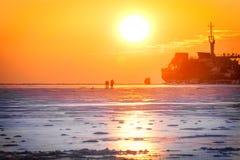 Silhouetten van schepen en mensen bij zonsopgang op het overzees Stock Foto's