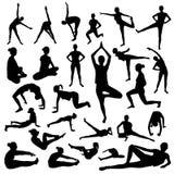 Silhouetten van slanke meisje het praktizeren yoga uitrekkende oefeningen stock illustratie