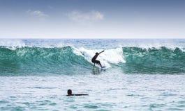 Silhouetten van surfers Stock Foto's