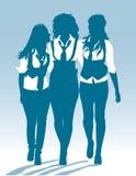 Silhouetten van tienerschoolmeisjes die samen lopen Stock Fotografie