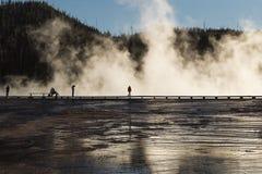 Silhouetten van toeristen bij de Grote Prismatische Lente bij het nationale park van Yellowstone, WY, de V.S. Stock Fotografie