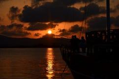 Silhouetten van toeristen op schip` s dek royalty-vrije stock afbeeldingen