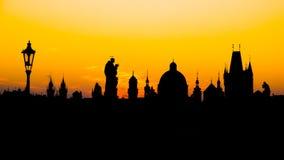 Silhouetten van torens en standbeelden in de Oude Stad van Praag Stock Afbeeldingen