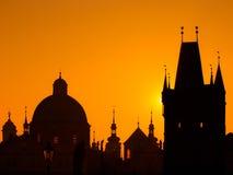 Silhouetten van torens en standbeelden in de Oude Stad van Praag Stock Fotografie