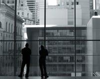 Silhouetten van twee jonge mensen stock fotografie