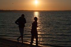 Silhouetten van twee jonge mensen Royalty-vrije Stock Fotografie
