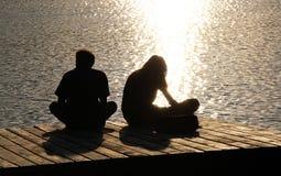 Silhouetten van twee jongeren Royalty-vrije Stock Fotografie