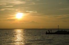 Silhouetten van vissende mensen Stock Foto's