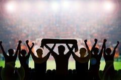 silhouetten van Voetbalventilators in een gelijke en Toeschouwers bij voetbal Stock Afbeelding