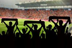 silhouetten van Voetbalventilators in een gelijke en Toeschouwers bij voetbal Stock Afbeeldingen