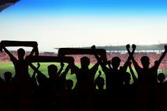 silhouetten van Voetbalventilators in een gelijke en Toeschouwers bij voetbal Royalty-vrije Stock Afbeeldingen