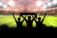 silhouetten van Voetbalventilators in een gelijke en Toeschouwers bij voetbal Royalty-vrije Stock Foto's