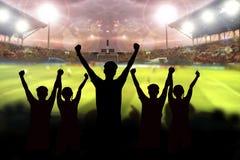silhouetten van Voetbalventilators in een gelijke en Toeschouwers bij voetbal Royalty-vrije Stock Fotografie