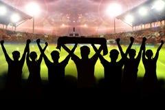 silhouetten van Voetbalventilators in een gelijke en Toeschouwers bij voetbal Stock Foto