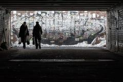 Silhouetten van voetgangers in onderdoorgang Royalty-vrije Stock Afbeelding