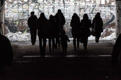 Silhouetten van voetgangers in onderdoorgang Stock Afbeeldingen