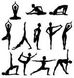 Silhouetten van vrouw het praktizeren yoga, ontspanning en meditatie Stock Afbeeldingen