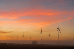 Silhouetten van windturbines in mist bij dageraad dichtbij Hopefield Royalty-vrije Stock Fotografie
