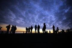 silhouettenmensen op de tijd van de mountaininzonsopgang royalty-vrije stock afbeeldingen