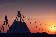 Silhouettent die met purpere abstracte hemel kamperen Royalty-vrije Stock Afbeeldingen