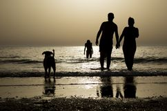 Silhouettes à la plage photo stock