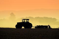 silhouettes трактор Стоковое фото RF