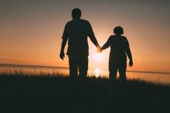 Silhouettes adultes de couples au coucher du soleil Images libres de droits