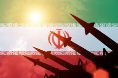 Silhouettes antiaériennes de fusées sur le fond du drapeau de l'Iran illustration libre de droits