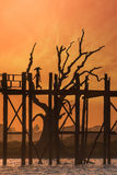 Silhouettes au pont en teck d'U Bein au coucher du soleil Myanmar (Birmanie) Photographie stock libre de droits