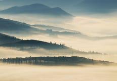 Silhouettes av berg Höstmorgon i de Carpathian bergen Royaltyfria Foton