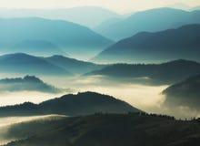 Silhouettes av berg Höstmorgon i de Carpathian bergen Fotografering för Bildbyråer