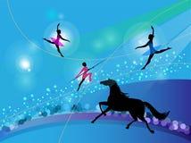 Silhouettes av cirkustrapezekonstnärer och en häst Arkivfoto