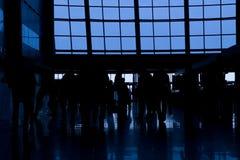 Silhouettes av folk i affär centrerar royaltyfri foto