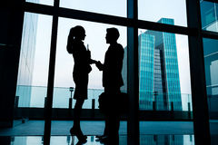 Silhouettes of backlit business people handshake Royalty Free Stock Photos
