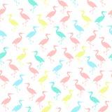 Silhouettes colorées de modèle sans couture de cigognes Photo stock