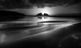 Silhouettes crépusculaires, baie de Holywell, les Cornouailles, R-U photo libre de droits