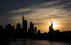 Silhouettes d'édifices hauts à Francfort Photos stock