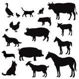 Silhouettes d'animaux de ferme de vecteur sur le blanc Icônes de bétail et de volaille Paysage rural avec des arbres, usines, illustration stock