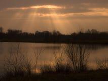 Silhouettes d'arbres de coucher du soleil au-dessus des Frances de lac Image stock