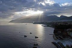 Silhouettes d'aube tôt de bateaux au port à Sorrente Italie Images libres de droits