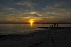 Silhouettes d'enfants au coucher du soleil Images libres de droits