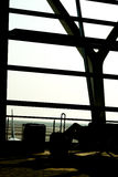 Silhouettes d'homme d'affaires à l'aéroport ; attente aux portes d'embarquement plates Image stock