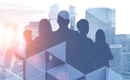 Silhouettes d'hommes d'affaires dans la ville illustration libre de droits