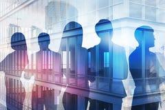 Silhouettes d'hommes d'affaires, gratte-ciel images libres de droits
