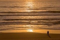 Silhouettes d'un couple appréciant le coucher du soleil sur l'Océan Atlantique Photographie stock