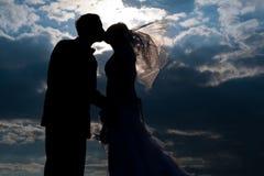 Silhouettes d'une mariée et d'un marié image stock