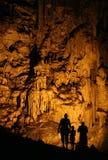 Silhouettes dans la caverne Photographie stock libre de droits