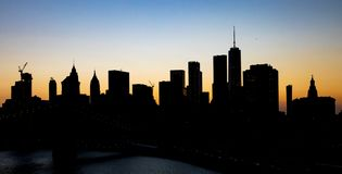 Silhouettes de bâtiment d'horizon de New York City au crépuscule avec le ciel crépusculaire de couleur au-dessus de Manhattan photo libre de droits