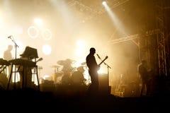 Silhouettes de bandes sur un concert Images stock